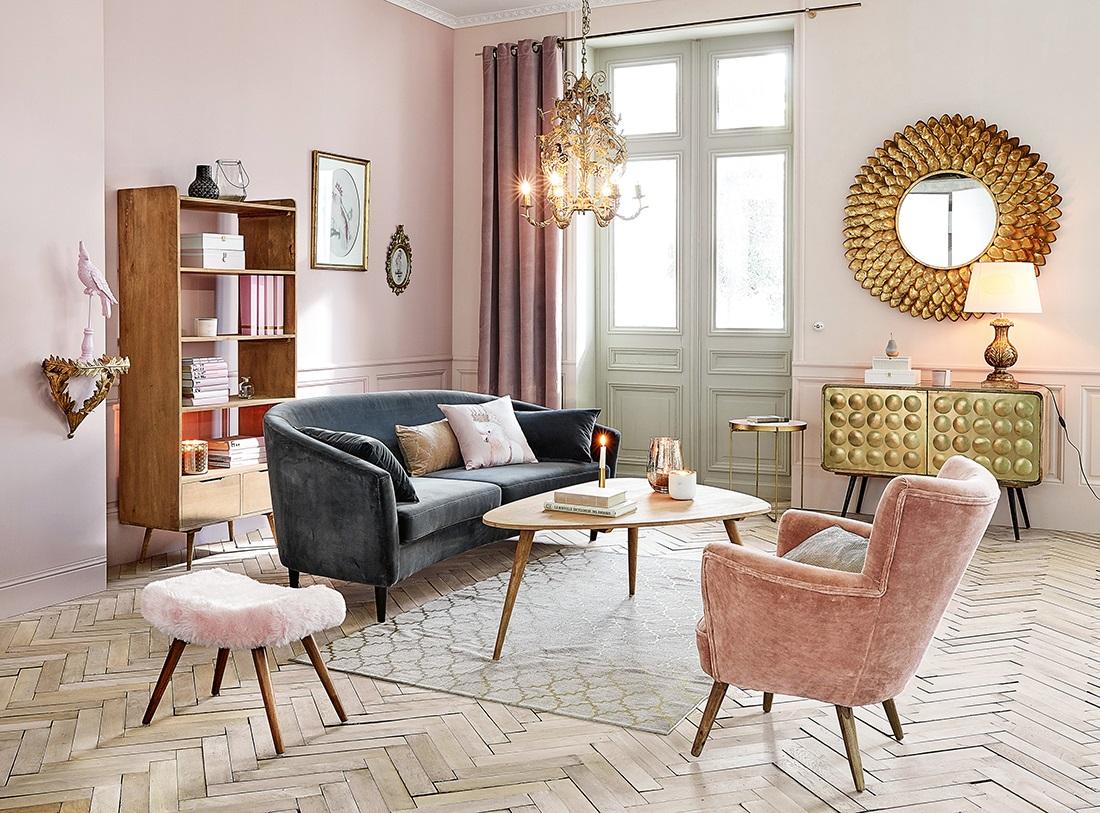 soggiorno con pareti rosa, parquet a spina di pesce e arredo in stile moderno