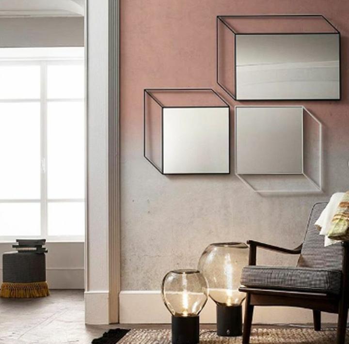 soggiorno rosa con specchio quadro a parete
