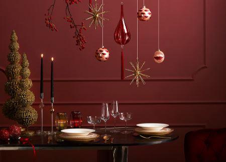 Idee per apparecchiare la tavola di Natale in carminio di Enzo de Gasperi
