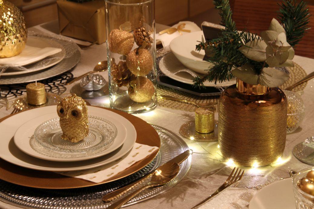 idee per apparecchiare la tavola di Natale in bianco e oro