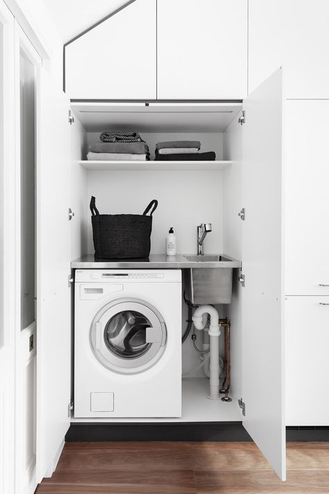 piccola lavanderia in casa mansardata chiusa da ante di armadio