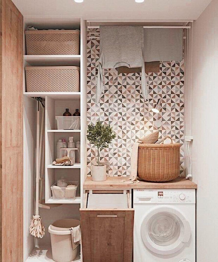 piccola lavanderia in casa con mensola sopra alla lavatrice, cesto per biancheria e mensole per detersivi