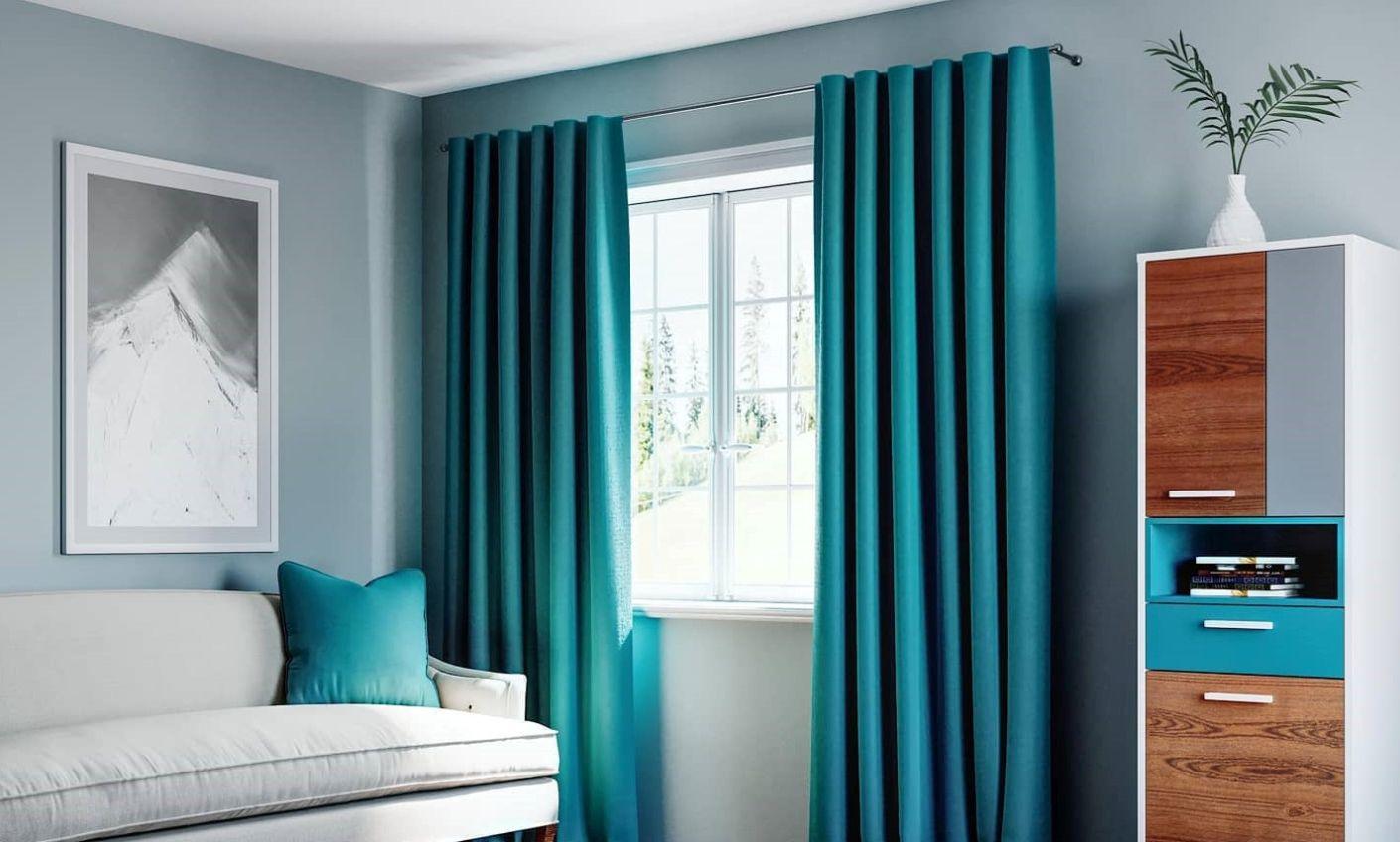 tende di velluto petrolio con pareti azzurro chiaro e divano bianco