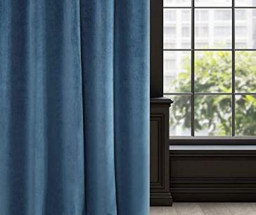 Tenda di velluto blu con finestra sul fondo