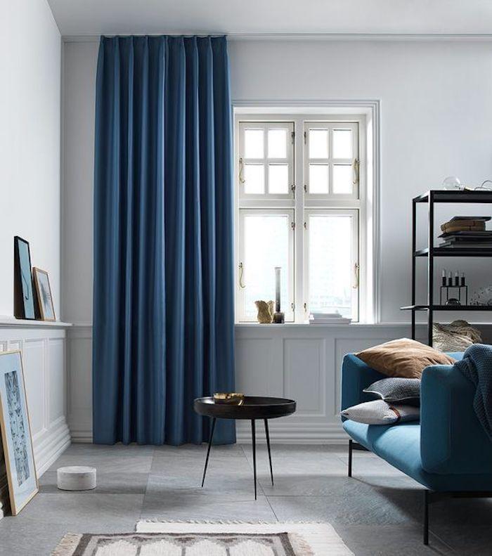 Tende di velluto Blu con pareti bianche e divano azzurro