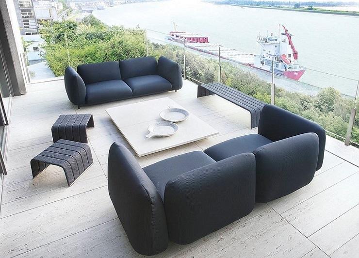 divano da esterno nero su terrazza