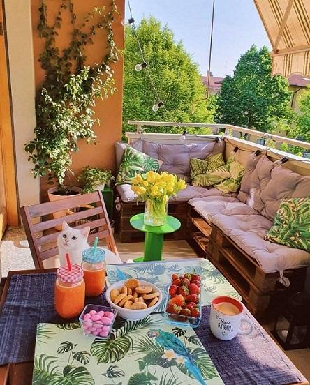 terrazza con pallett e cuscini in stile urban jungle