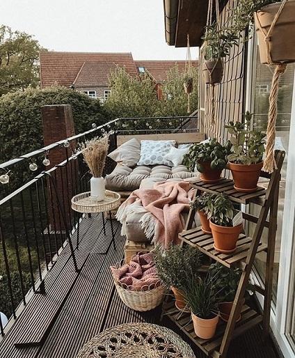 terrazza lunga e stretta con espositore verticale per piante