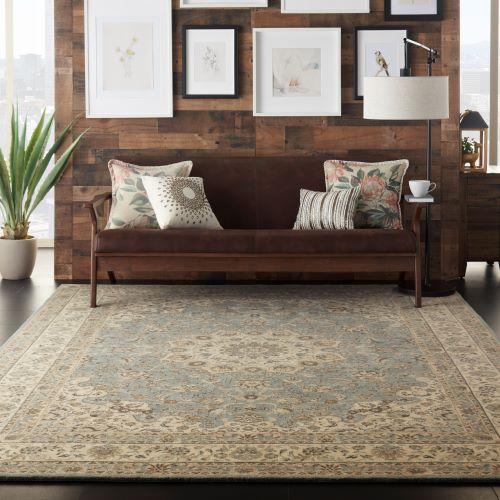 tendenze colori arredamento 2020 in soggiorno con blu e stile eclettico