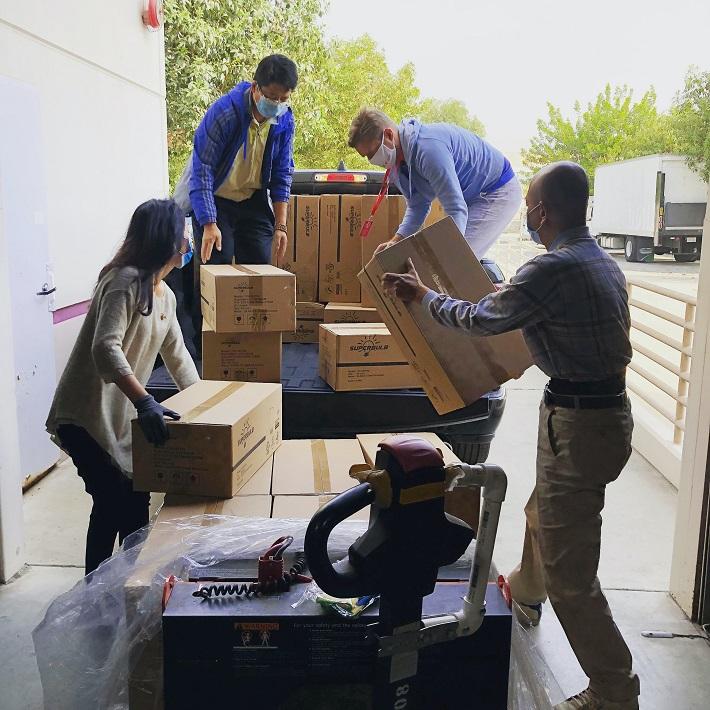 persone che spostano scatoloni per trasloco